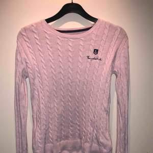 Fin kabelstickad tröja från Bondelid. I bra skick men en liten fläck som förmodligen går bort efter några tvättar ( se sista bild ) , därav priset. Köparen står för frakt❣️