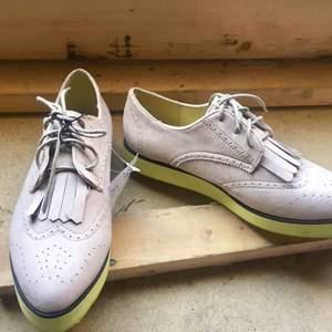 Supersnygga skor från H&M i storlek 39. Helt nya och oanvända, köptes för 249kr. Säljer för 70kr + frakt eller mötas upp i Stockholm