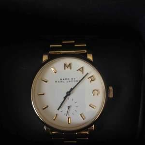 Guldklocka från Marc Jacobs, köpt för cirka 2.500 kr. Klockan är i bra skikt och går att korta ner och förlänga. Behöver nya batterier💫