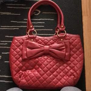 En röd söt väska från aldo