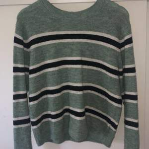 Grön randig stickad tröja, använd så i begagnat skick men ändå inget fel på den, isåfall lite nopprig som de flesta stickade tröjorna blir, köparen står för frakten! 🧡🦋 (tar bara swish)