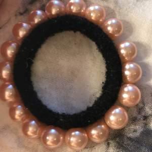 Säljer denna fina hårtofsen med rosa pärlor runt, aldrig använd mycket bra skick ❤️