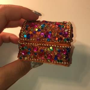 säljer denna låda med diamanter på eller var det är ha ha ha sig lite på grund av att jag aldrig använda den, mycket mycket bra skick ❤️