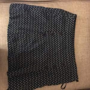 Lite kortare kjol i mjuk och kraftig bomullsblandning med isydd underkjol. Ganska bra skick men har använts en hel del. Storlek 4 vilket ska motsvara XS men när jag hade den storleken tyckte jag den hängde så snarare s/m. Frakt tillkommer.