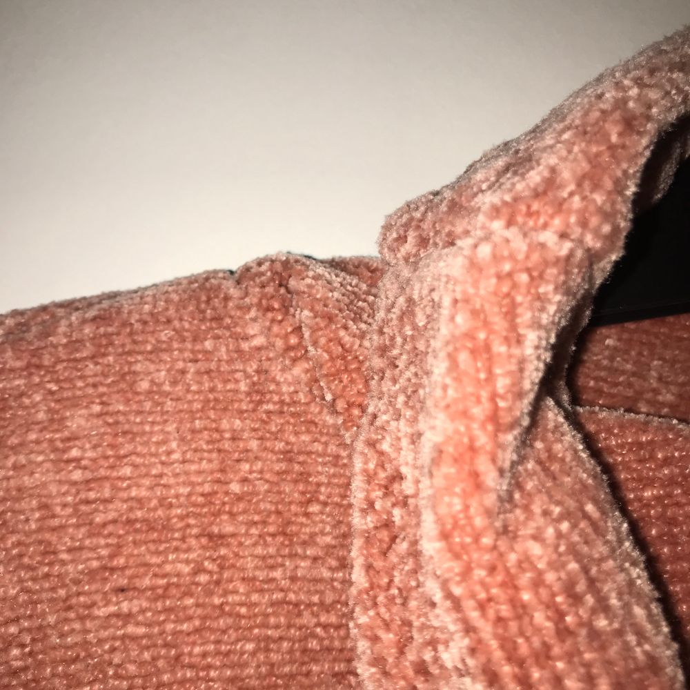 Grisrosa tröja med hög krage som man kan vika hur man vill. Tröjan är i storlek 158/156 men passar även XS-Sz Köparen står för frakt.. Tröjor & Koftor.