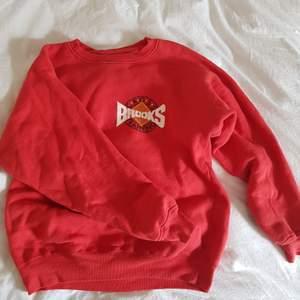 Vintage-tröja köpt på second hand i Stockholm, jättefint skick 🥰 Storlek M men det är antagligen en herr-storlek. På mig som i vanliga fall har 36/ small på överkroppen sitter den oversized.