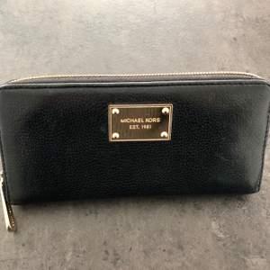 Större plånbok med massor av fack och utrymme. Går att använda som miniclutch när man vill lämna väskan hemma. Lite smårepor i metalldetaljerna men i bra skick i övrigt. Inga sprickor i skinnet. Köpare betalar frakt, ingår ej i priset.