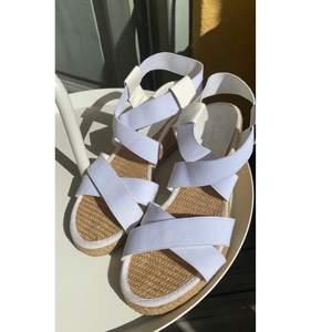 Säljer min kompis härliga sommar/event skor! Vita (och fräscha, ser knappt använda ut) med en riktig sommarvind🤩👌🏼 storlek 36 och har stretch i banden!