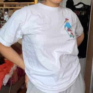 Snygg t-shirt med TinTin motiv i fint skick, den är av 100% bomull och jätteskön. Frakt tillkommer ♥️