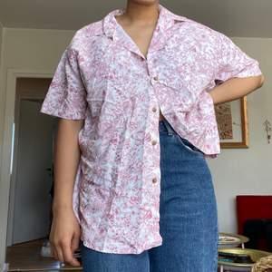 Jättesöt vit och röd blommig mönstrad skjorta. Oanvänd så i väldigt bra skick. Frakt tillkommmer ♥️