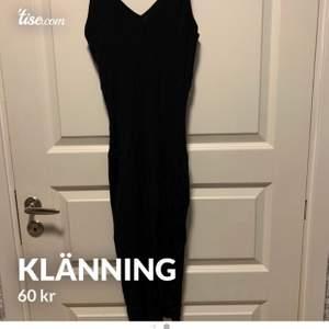 En fin klänning med öppen ben vid sidan, klänningen är köpt från Bikbok och är i storlek XS