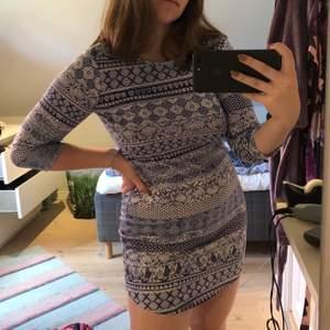 Mönstrad klänning med 3/4-ärmar. Stretchig så passar många storlekar beroende på om man vill ha den tajt eller lösare. Frakt på 63 kr tillkommer