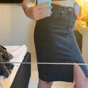 Oanvänd svart kjol i Stl 40. Den är lite längre. Frakt 30kr