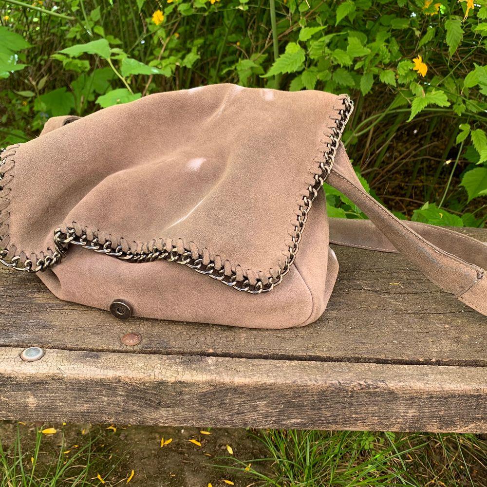 Supersnygg väska i grå mocka från Wera! Är helt säker på att den dessutom bara kommer att bli snyggare ju mer man använder den och ger den lite patina :) jag har verkligen gillat den men bytt lite stil nu, så den söker nytt hem! . Accessoarer.