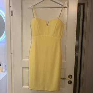 Fin festklänning från missguided i strl. M. Använd en gång på fest. Inget att anmärka på och i fint skick.