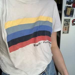 jättesöt t-shirt ifrån brandy Melville med tryck. Har dock två små hål längst ner men det märks knappt💟
