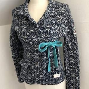 Odd Molly kofta i en härlig blå färg i ullematerial. Säljes pga ingen användning av den. Finns i Helsingborg, kan fraktas! Original pris 1795kr. Betalas med Swish! Priset kan diskuteras vid snabb affär!