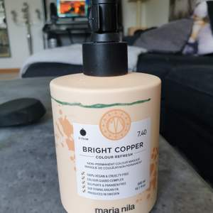 Säljer en Maria nila Bright copper colour refresh. Har använt ytterst lite från den. Höll flaskan mot en lampa och ritade ett streck hur mkt de finns kvar. Frakt inkluderat.