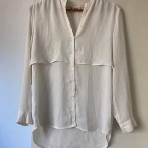 Den här blusen är en flowy. Tyvärr har jag klippt bort taggen så vet inte vart den är ifrån, eller storlek men ser ut som en s.