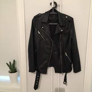 Supersnygg oversize Skinnjacka från Zara (fuskläder!). En längre modell som passar mig som normalt har S-M. Som ny och knappt använd! Kan skickas eller mötas upp i Stockholm!