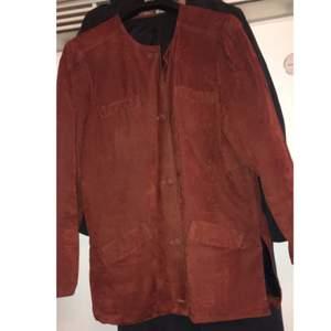 Så snygg kort vintage-kappa i fake mocka med klädda knappar. Uppsydd av skräddare. Färg: Terracotta. (Översta knappen fattas)