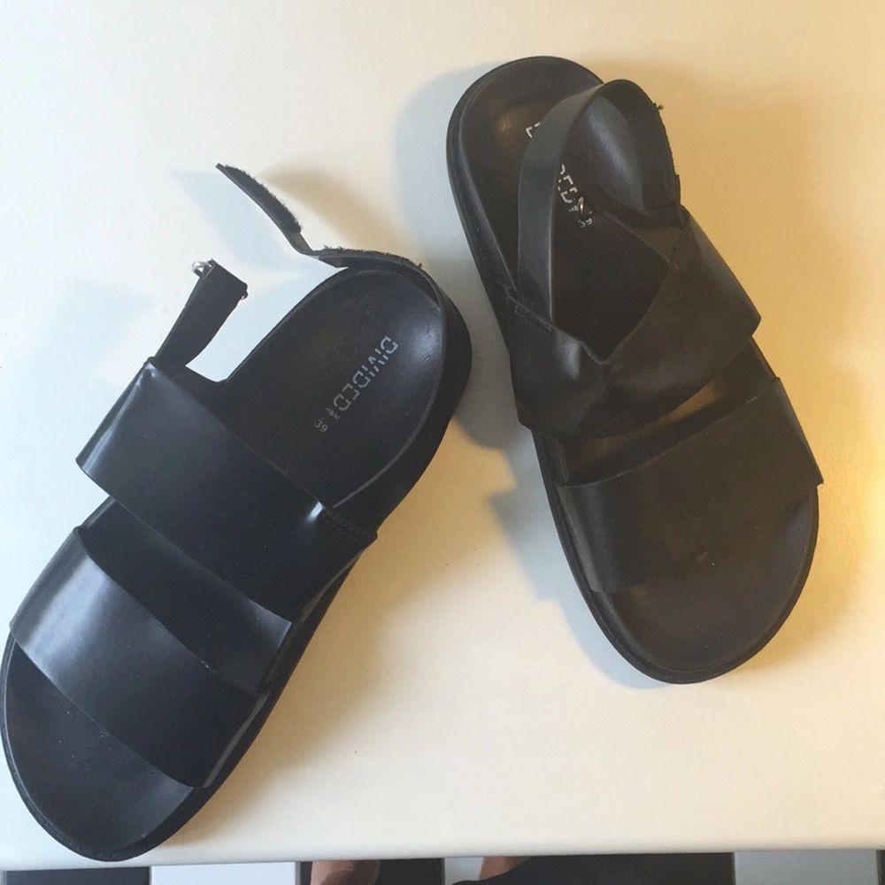 Snygga svarta sandaler ifrån H&M divided. Endast använda en gång.   Stl 39. Skor.