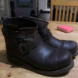 Primeboots. Ett hål på ena skon därav priset. Syns dock inte när man ha på sig dom pga att de har detaljer. Använda 1 vinter. Nypris: 3000