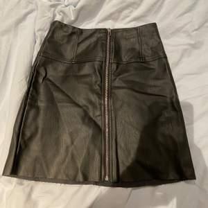 Snygg skinnkjol men snygga sömmar som detaljer💛💛 kjolen är i storlek XS och köpt från Pieces!! Använder för sällan därför jag säljer😘 säljer för 100kr