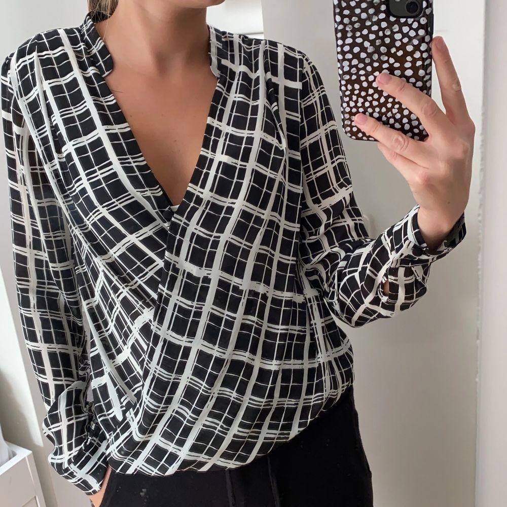 Fin mönstrad blus från H&M! Knappt använd. Pris kan diskuteras och frakt tillkommer 💕. Blusar.