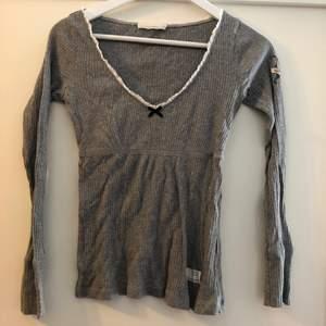Grå tröja från odd Molly, sitter superfint runt bysten! Storlek 0 (xs). Bra pris vid snabb affär