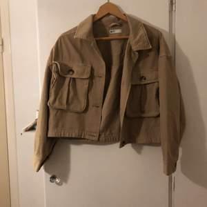 Säljer denna fina beiga jackan från Gina då jag inte använt den så mycket. Den är i fint skick och endast använd ett fåtal gånger