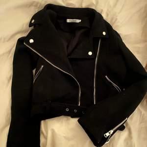 Säljer denna supersköna jacka i mockaläder. Jackan är i storlek S. Använd ett fåtal gånger, och i ett bra skick. 💕 Frakt:60kr. Bud i kommentarerna! 🌸