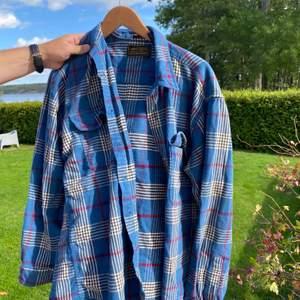 Säljer Denna flanell skjorta knappy andvänd! Storlek m-l men den blir oversized på vilken som! Skriv för fler bilder