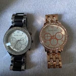 MK klockor, båda kopior. En i silver/svart och den andra rose med stenar på. Fina kopior. Frakt tillkommer. 100kr st