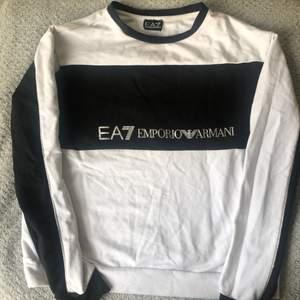 Limited edition EA7 tröja köpt från JD förra året, säljer då det ej är min stil längre🤍🖤