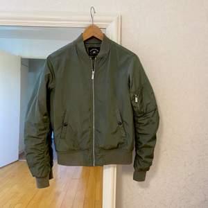 Världens finaste militärgröna bombarjacka ifrån Crocker. Fint skick! Passar en XS/S. Jag får under en tjockare tröja utan problem. Perfekt nu till hösten! NYPRIS: 699kr. FRAKT INGÅR.