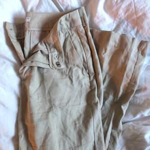 ett par beiga kostym/linne byxor från märket Gina Tricot i strl 36, kommer aldrig till användning! står strl 36 i byxorna men passar 36-38! :)