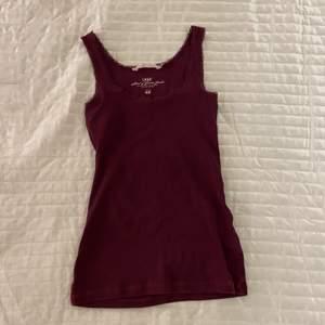 Lila linne (skiftar vinrött) i strl S från H&M. Knappt använd. Spetsdetaljer.