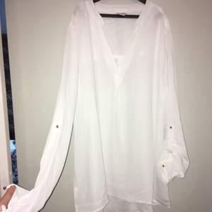 Jättefin vit blus med ärmar man kan knäppa upp eller låta vara, köparen står för frakt