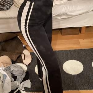 Sjukt sköna och stretchiga svarta byxor med två ränder längst sidan av benet. Köpta på Gina tricot i stl XS men passar större storlekar !!🌼🌼 mer bilder kan skickas vid intresse