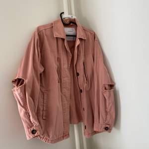 Jeansjacka från Pull&Bear i fin rosa färg. Hål vid armbågar. Kan mötas upp i Halmstad, annars står köpare för fraktkostnad.