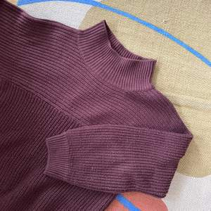 Jätteskön stickad tröja från Monki i plommonlila färg! Frakt 63kr!