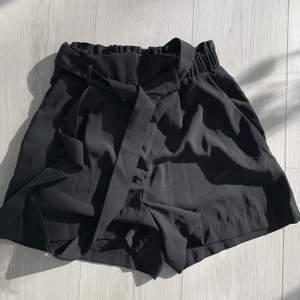 Säljer dessa snygga shorts från HM som är liite kostymbyx liknande. Väldigt sköna och sitter bra med band i midjan. Aldrig använda. Storlek 34 men passar mig som är en 36 i vanliga fall. Pris 50kr + frakt. Tvättar och stryker alltid innan frakt💕