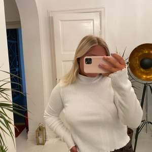 Så söt tröja från Gina tricot! Använd ca 2 gånger så i nyskick. Det är storlek XL men jag har vanligtsvis S i tröjor och denna passar mig