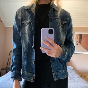 Jeansjacka i elastiskt tyg från Replay i storlek L (oversize på mig som är XS). Knappt använd så nära nyskick. Kan skickas om köpare står för frakt!