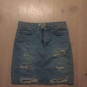 Säljer nu den perfekta kjolen med slitningar då den blivit för liten.ser nu i efterhand att den ser lite missfärgad ut, men det är bara ljuset, den ser inte ut så i verkligheten