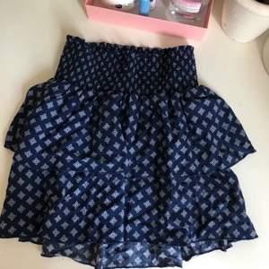 En mönstrad fin kjol som är köpt på hm, knappt använd, bra skick, skriv för fler bilder💕 frakt=35kr