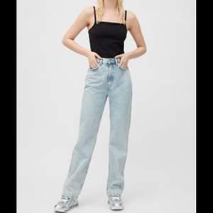 Jeans från weekday i modellen row! Är 169 cm och jeansen är ned t skorna på mig. Frakt 88kr