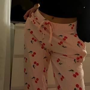 Säljer mina körsbär pyamas byxor. Tycker dom är väldigt gulliga🍒💗 man kan dra åt dom hur hårt man vill runt midjan!