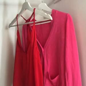En röd linne från Bikbok med spetts i ryggen. Sååå fin💞💓💕 och en rosa cardigan från Gina Tricot🤩🤩hör av er vid intresse😘😘